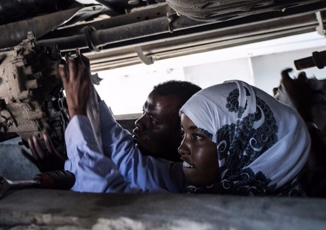 Nasra pictured fixing a car with her colleague. Photo: Nasra Haji Hussein/ Twitter