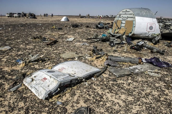 Debris belonging to the A321 Russian airliner at the site of the crash in Wadi el-Zolmat, a mountainous area in Egypt's Sinai Peninsula on November 1, 2015 (AFP Photo/Khaled Desouki)