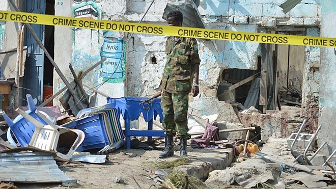 Security personnel remove the bodies of a car bomb attack victims near the port in the capital Mogadishu, Somalia, 11 December 2016. ( Abdirizak Mohamud Tuuryare - Anadolu Agency )