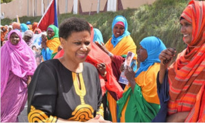 UN Women Executive Director Phumzile Mlambo-Ngcuka (left) interacts with women in Baidoa on her visit to Somalia.