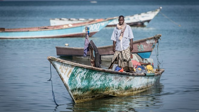A fisherman comes in with his boat to Bossaso's fishing beach in northern Somalia in late March 2018. (J. Patinkin/VOA)